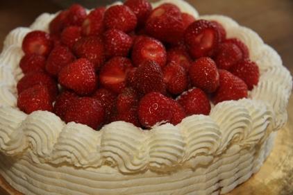 Spritsad jordgubbstårta